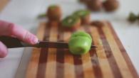 Как быстро почистить киви How to peel a kiwi